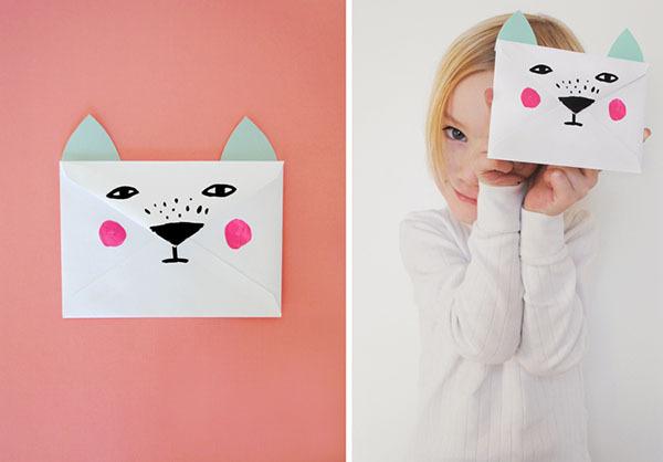 制作可爱的小信封我们只需要准备:   空白的信封,彩色卡纸,剪刀